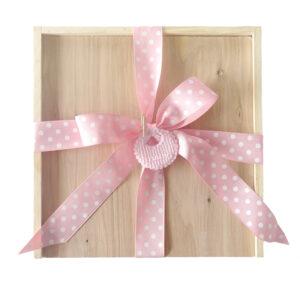 Caja en madera decorativa con moño de regalo