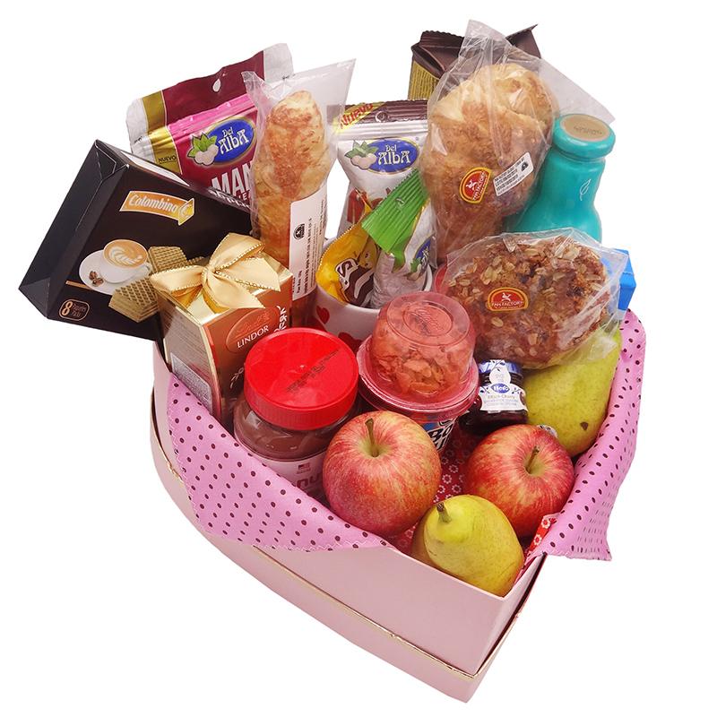 Desayuno sorpresa en caja de corazon con fruta