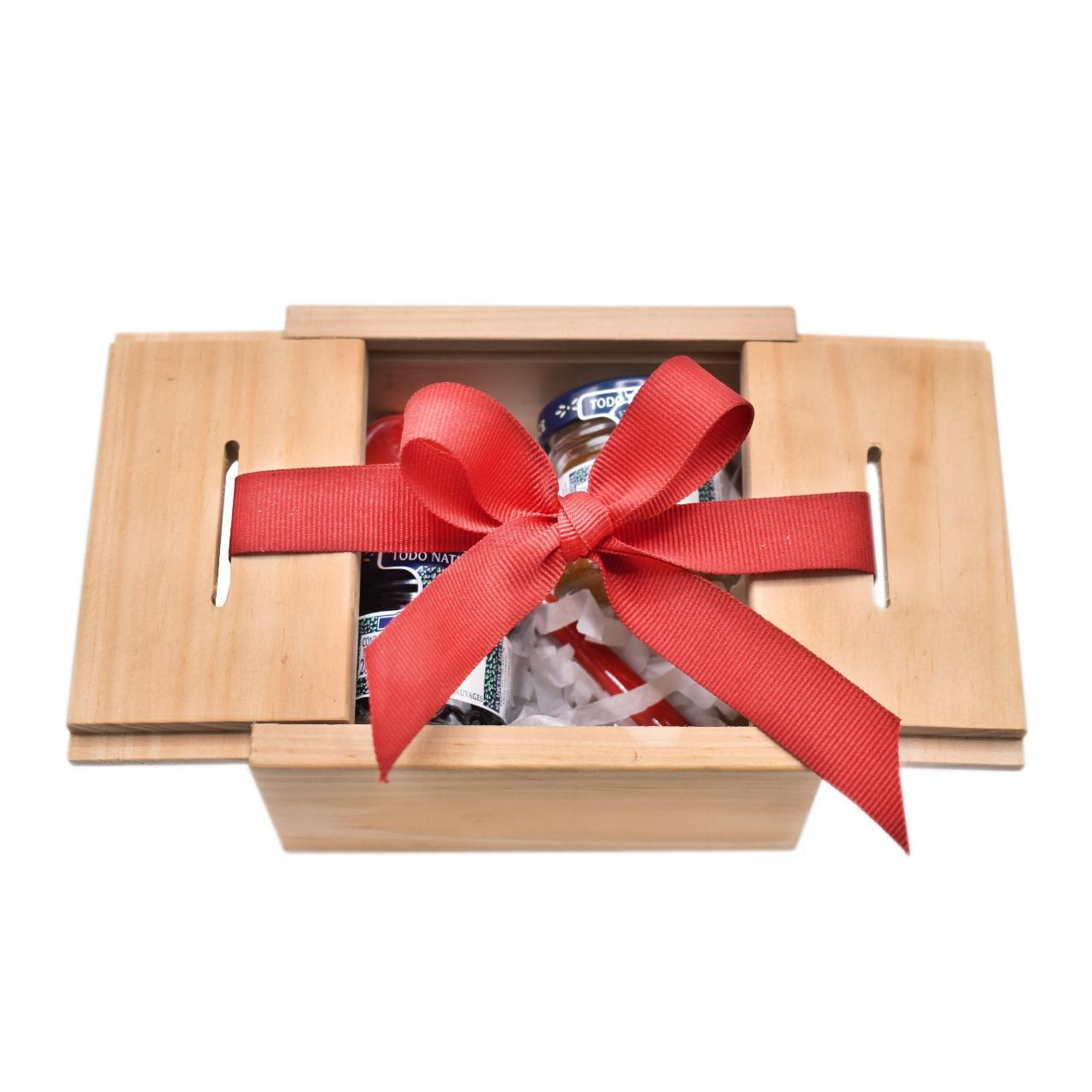 caja en madera con mini mermeladas