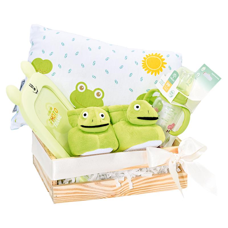 Caja de regalo para bebe con babuchas almohada y tetero