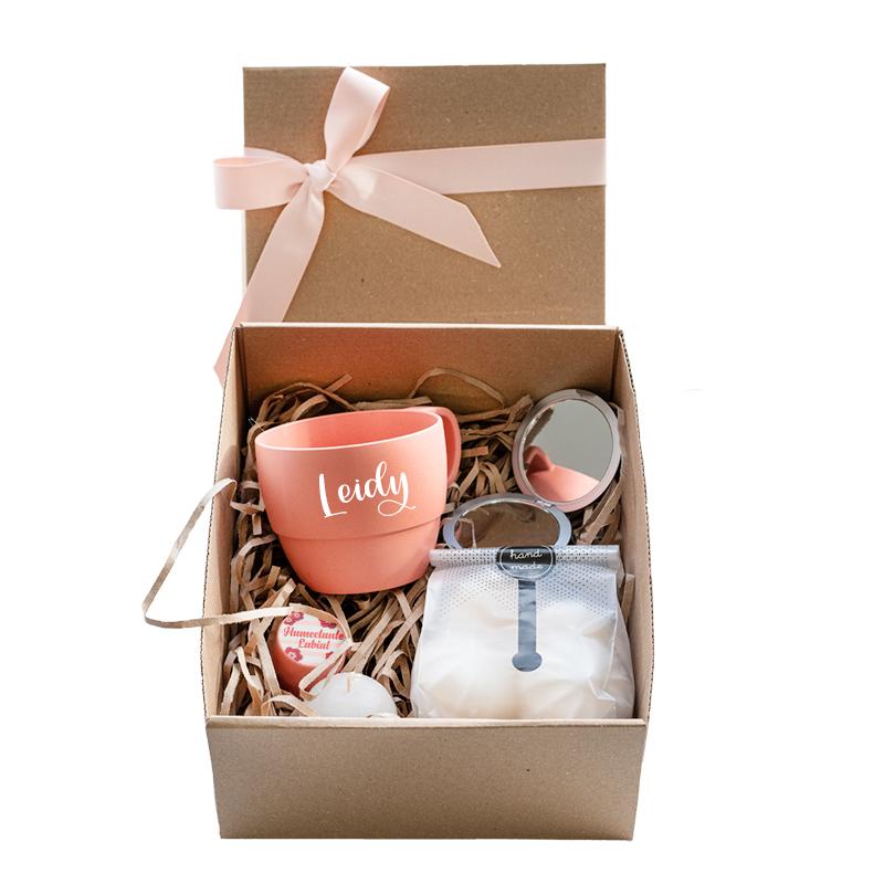 caja con mug ecologico suspiros y belleza
