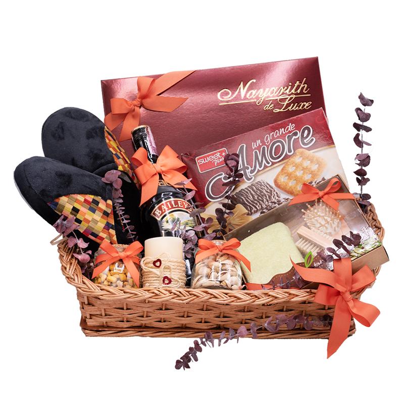 cesta de regalo con baileys pantuflas chocolates y galletas