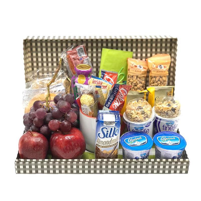 Desayuno sorpresa en caja con fruta yogurt y mug personalizado