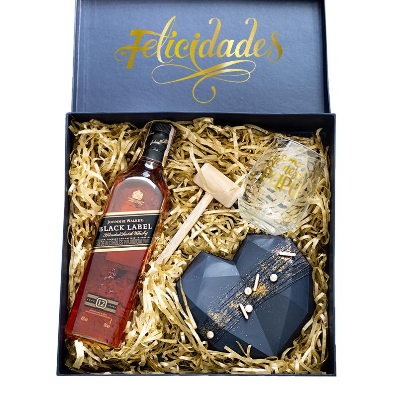 Caja con whiskey black label corazon geometrico de chocolate y vaso personalizado