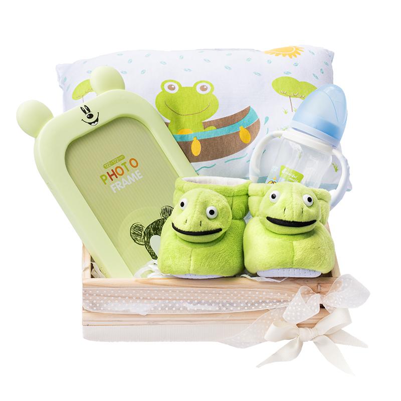 caja de nacimiento con babuchas de ranita almohada y portaretrato