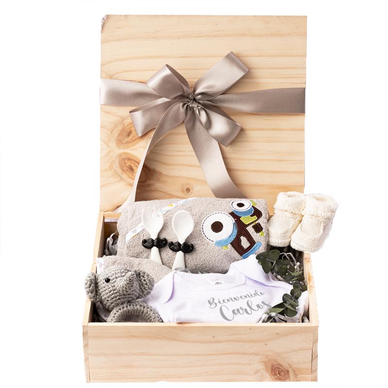 Caja de madera para bebe con toalla body personalizado y sonajero tejido