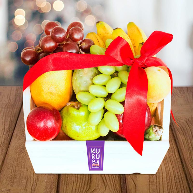 Cajita en madera con variedad de frutas frescas para regalar